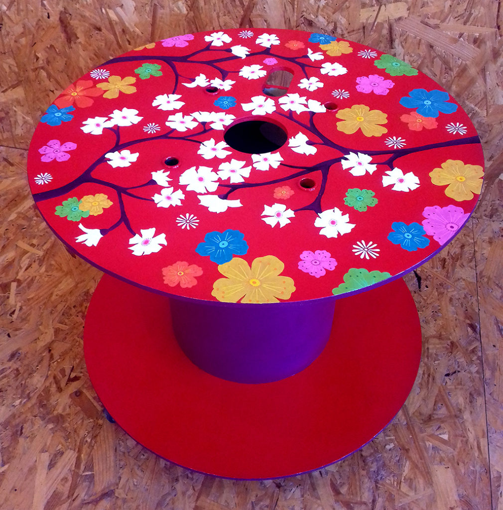 Table touret rouge roulette peinture acrylique Chez Eva et Rosalie Centre artistique Aubignan