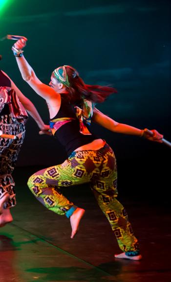 Eva danse Eva Garçon artiste plasticienne chez Eva Célia & Rosalie Aubignan centre artistique et saveurs Vaucluse art bien-être