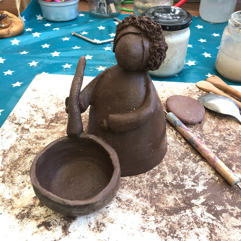 boubou en modelage terre noire Eva Garçon artiste plasticienne chez Eva Célia & Rosalie Aubignan centre artistique et saveurs Vaucluse art bien-être
