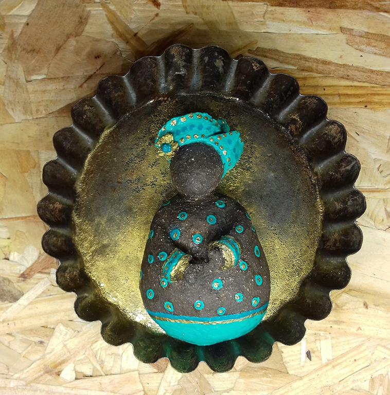 boubou terre dans moule acier objet détourné Eva Garçon artiste plasticienne chez Eva Célia & Rosalie Aubignan centre artistique et saveurs Vaucluse art bien-être