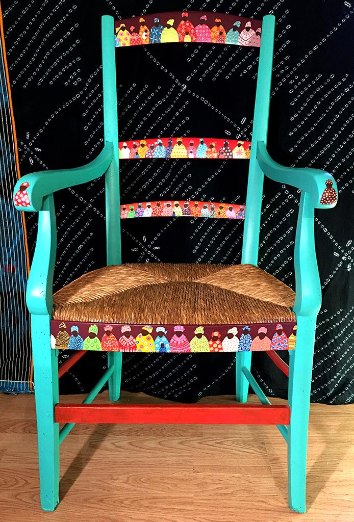 peinture boubous sur fauteuil Eva Garçon artiste plasticienne chez Eva Célia & Rosalie Aubignan centre artistique et saveurs Vaucluse art bien-être