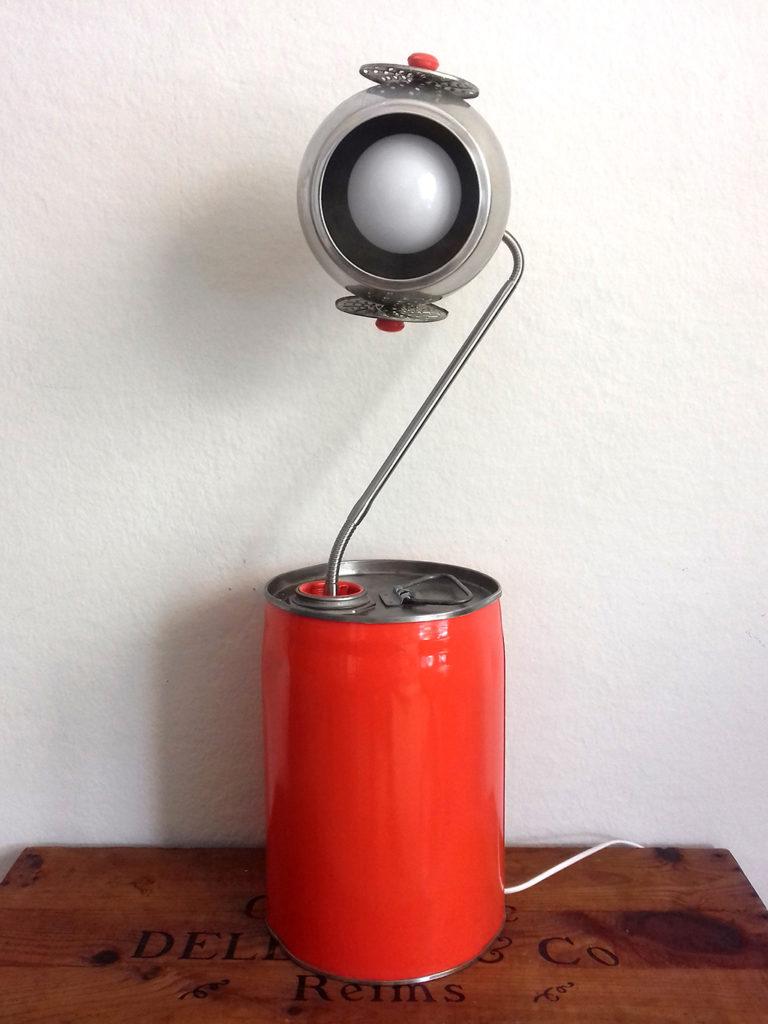 lampe objet détourné bidon Eva Garçon artiste plasticienne chez Eva Célia & Rosalie Aubignan centre artistique et saveurs Vaucluse art bien-être