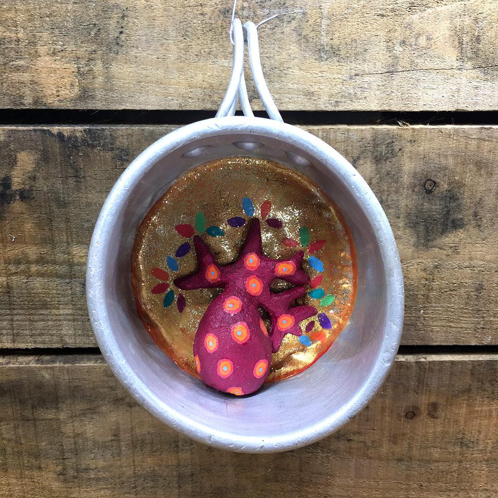 objet détourné tasse aluminium et baobab en terre Eva Garçon artiste plasticienne chez Eva Célia & Rosalie Aubignan centre artistique et saveurs Vaucluse art bien-être